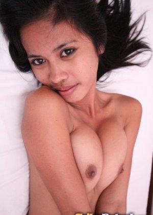 Азиатка демонстрирует стройную фигурку, раскрываясь перед камерой по полной программе - фото 13
