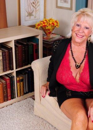 Зрелая американская леди показывает свою большую грудь и светит своими стопами с маникюром - фото 5