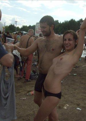 Подборка фото нудистов на пляже с голыми телами, попами и сиськами - фото 37