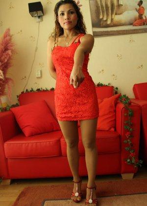 Прекрасная девушка в красивом коротеньком платье красного цвета - фото 2