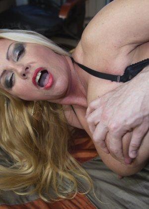 Блондинка с огромными сиськами оказалась профессиональной шлюшкой, которая отлично сосет и трахается во все щели - фото 15