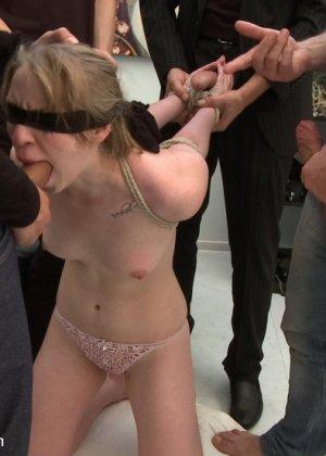 Симпатичная служанка находит кляп в тумбочке хозяев, она не подозревала, что она будет секс-рабыней - фото 6