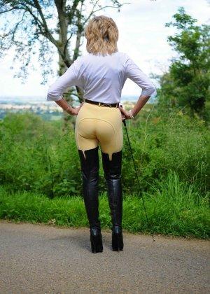 Леди Соня показывает свою задницу в облегающих брюках и поражает объемом груди - фото 13
