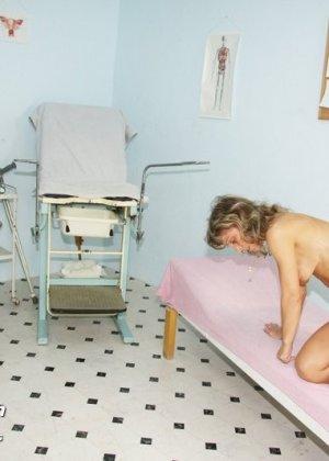 Зрелая Владимира заботится о своем здоровье, поэтому приходит к гинекологу на тщательный осмотр - фото 7