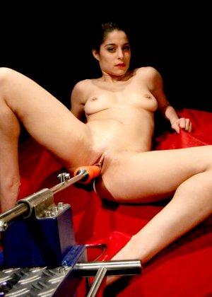 Секс-машина удовлетворяет похотливую самочку, которая с давних времен мечтает получить яркий оргазм - фото 5