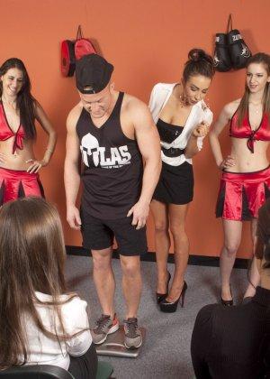 Тренеру делают отсос куда его молодых худеньких девушек в комнате - фото 4
