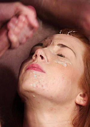 Рыжей шлюшке извергают огромное количество спермы на её личико - фото 15