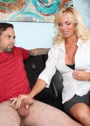 Опытная женщина знает, как доставить мужчине удовольствие одними только руками и применяет свои умения - фото 5