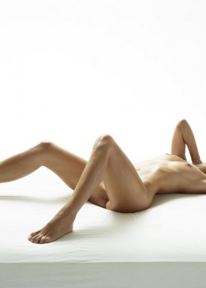 Эротические фото красивой худенькой девушки с маленькой грудью - фото 10