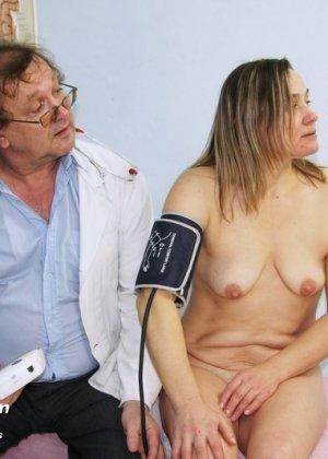 Ярослава широко расставляет ноги перед развратным врачом в возрасте и дает рассмотреть себя в подробностях - фото 4