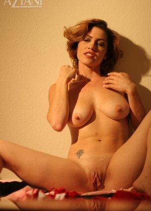 Женщина обладает особым шармом, который она так хорошо передает через свои откровенные фото - фото 9