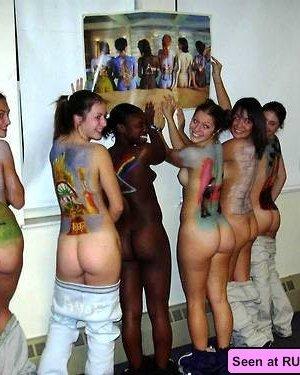 Девки на различных тусовках с удовольствием отлизывают друг другу и показывают свои огромные сиськи, хоть они и не лесбиянки - фото 8
