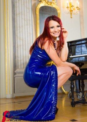 Лара Ларсен показывает себя, позируя в длинном синем платье и не снимает его, специально дразня - фото 7