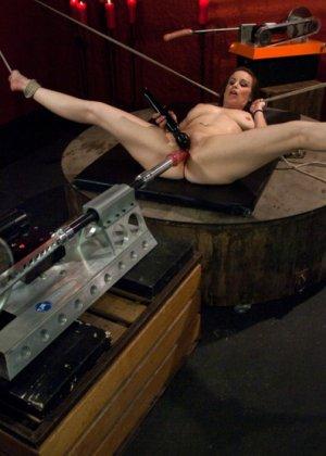 Сексуальная брюнетка с большими сиськами тащится от секс машины - фото 12