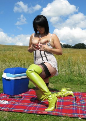 Зрелая женщина в теле устраивается на природе, чтобы облизать красивую игрушку и вставить ее внутрь - фото 3