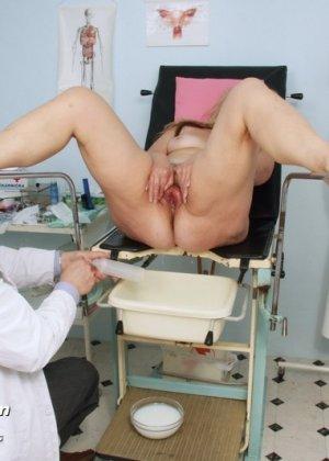 Зрелая женщина предлагает рассмотреть себя опытному врачу и он с удовольствием принимается за дело - фото 10