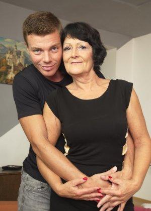 Молодой красавчик доставляет удовольствие зрелой женщине, даря ласке ее немолодой груди - фото 3
