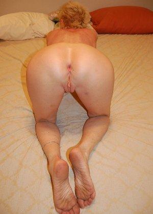 Опытная блондинка в голом виде показывает свои принадлежности - фото 32