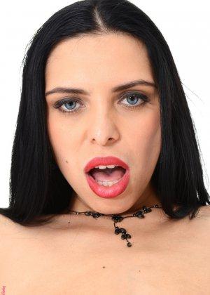 Кира Куин - эффектная брюнетка, которая готова раздеться перед камерой и показать, как она вставляет фаллос - фото 13