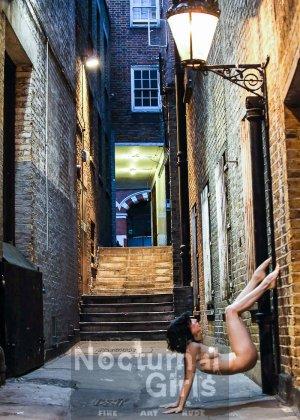 Девушка принимает участие в откровенной фотосессии на улицах города в обнаженном виде - фото 5