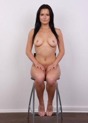 Женщина с темными волосами хвастается гладко выбритой промежностью - фото 15