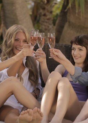Соблазнительные красотки выпивают и устраивают масляную вечеринку в компании друг друга - фото 1
