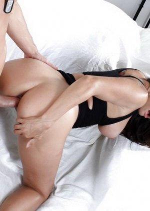 Клаудия Валентина соблазняет своим телом мужчину, а затем дает себя хорошенько оттрахать - фото 9
