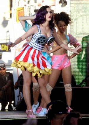 Katy Perry соблазняет своих слушателей эротическими костюмами - фото 8