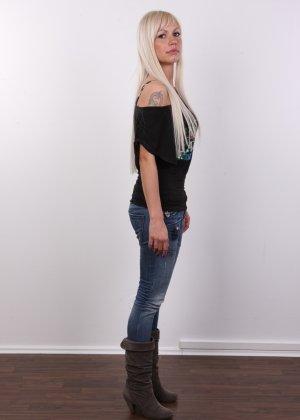 Блондинка с натуральными дойками на кастинге сняла с себя трусики - фото 4