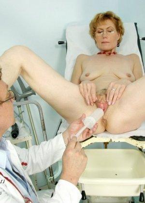 Зрелая Мила в очках расставляет ноги перед развратным доктором и разрешает ему рассмотреть себя всю - фото 14
