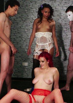 Развратная женщина с необычной внешностью показывает свою смелость в сексуальном плане - фото 24