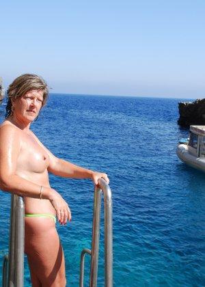 Отдых на море в эротических фото зрелой дамы на крутой фотик - фото 40