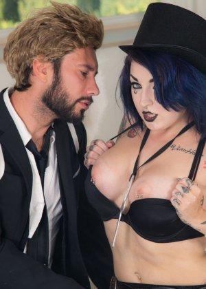 Девушка любит готический стиль и большие татуировки, а также качественный секс с мужчиной - фото 3