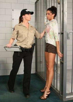 Зрелая надзирательница в женской тюрьме сначала раздела заключенную, а потом заперла ее в клетке - фото 2