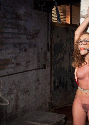 Очкастая девушка позволяет делать с собой всё что угодно - фото 5- фото 5- фото 5