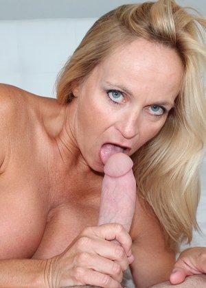 Опытная блондинка знает, как ублажать мужчину и делает это действительно качественно, доводя до конца - фото 8