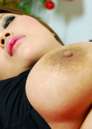 Пышная азиатка поднимет юбку и заманчиво стянет со своей шикарной задницы трусики - фото 6