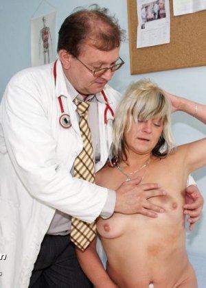 Зрелой женщине даже нравится, когда мужчина-гинеколог устраивает ей тщательный осмотр - фото 5