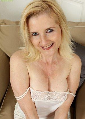 Ким Бросли – опытная женщина, которая знает, как довести себя до оргазма, что она и доказывает перед камерой - фото 3