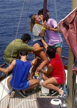 Прямо на яхте одну красотку окучивают несколько мужчин и она с удовольствием удовлетворяет каждого из них - фото 4
