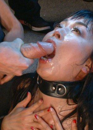 Жестокий секс с хорошей телкой азиатской внешности на полу в подвале - фото 20