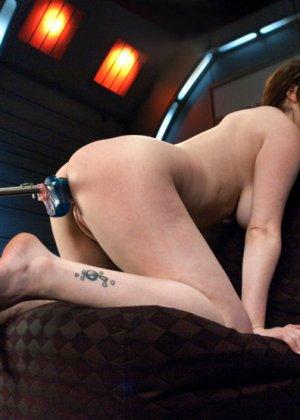 Девушку с интимной стрижкой между ножек трахает электрическая секс машина - фото 8