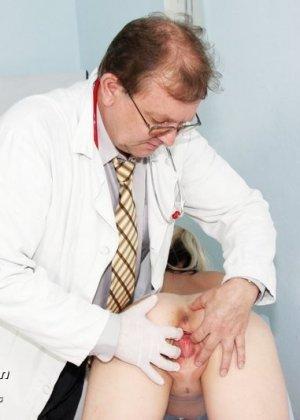 Зрелой женщине даже нравится, когда мужчина-гинеколог устраивает ей тщательный осмотр - фото 9