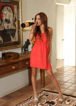 Мелани Риос готова на любые эксперименты, поэтому показывает, как она умеет вставлять бутылочку в пизду - фото 4