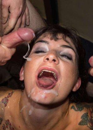 Женщина принимает в ротик несколько членов и с удовольствием оказывается в сперме - фото 11