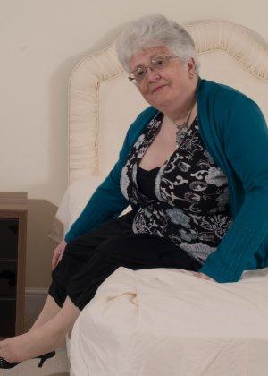 Пожилая женщина не сдает позиции и принимает участие в эротической фотосессии - фото 6