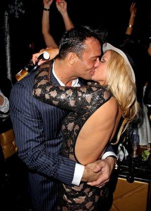 Блондинка Джоана Крупа обнимается со своим новым богатеньким мужиком - фото 15