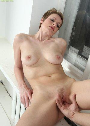 Молодой паренек трахает зрелую коротковолосую сучку Sweet Nensy  с презервативом - фото 6