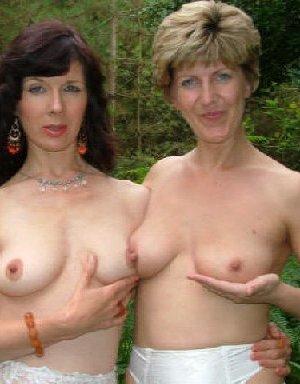 Две зрелых лесбиянки сосутся на природе и ласкают свои дырочки - фото 29