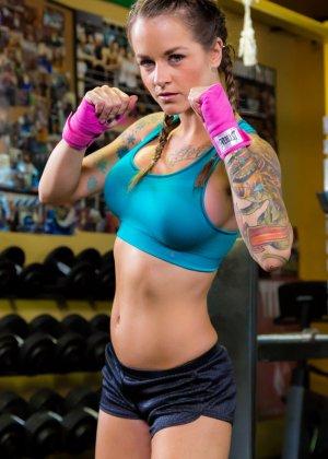 Девушка занимается фитнесом, а затем показывает свое красивое тело с большими татуировками - фото 4